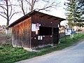 Dolní Lomnice, dřevěný přístřešek (01).jpg