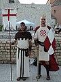 Dva muškarca odjeveni u vitezove.JPG