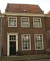 foto van Eenvoudig huis met verdieping onder dwarse kap