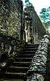 Escalera lateral de la entrada hacia el patio de la Iglesia.jpg