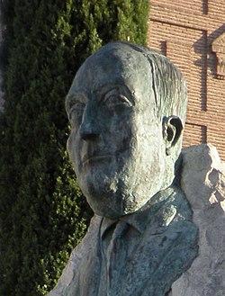 Escultura de Luis Astrana Marín, en Alcalá de Henares (España) (cropped).jpg