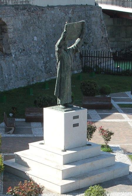 Estatua de Al-Idrisi bajo el baluarte de los Mallorquines, Ceuta (5).jpg