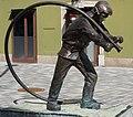 Feuerwehrmann Bronzeskulptur am Hans-Gasser-Platz in Villach, Kärnten, Österreich.jpg