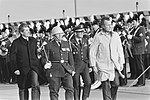 George Bush (sr.) en premier Lubbers inspecteren de erewacht bij de aankomst op , Bestanddeelnr 932-4870.jpg