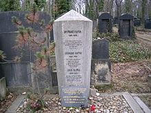 La tomba di Franz Kafka e dei suoi parenti nel nuovo cimitero ebraico di Praga a Žižkov