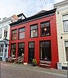 foto van Pand, bestaande uit twee achter een gepleisterde lijstgevel samengetrokken oudere huizen onder schilddaken