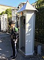 Guardsman soldier (gardist skiltvakt) of the Norwegian Royal Guards ( H M K Garde) and sentry box (skilderhus) by the Dronningparken of the Royal Palace (Slottet) in Oslo Norway 2018-09-17 7816.jpg