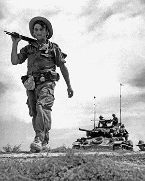 En fransk fremmedlegionær patruljerer i et kommunistisk kontrolleret område. Kampvognen er amerikansk.