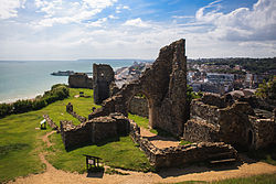 Hastings Castle, with the Pier and Town Centre in the background, and ایست‌بورن on the horizon