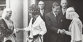 Linthorst Homan (met bril) met Beatrix en Claus in september 1965