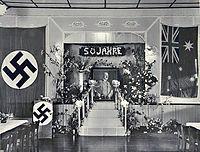 c60fe0765 Celebración del quincuagésimo cumpleaños de Hitler en un club alemán  situado en Australia.