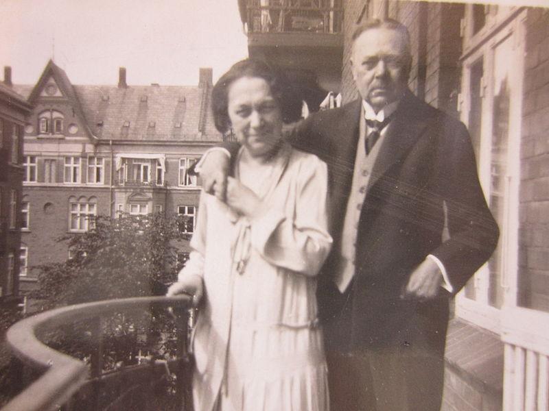 Archivo: HJS och Emelie cercanos balkongen, Allegade, GUB.jpg