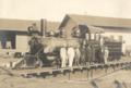 Homens posam junto a uma locomotiva.tif