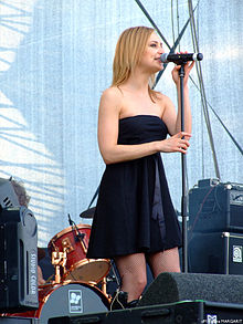 Hooverphonic perfoming at 2007 B'Estival.jpg