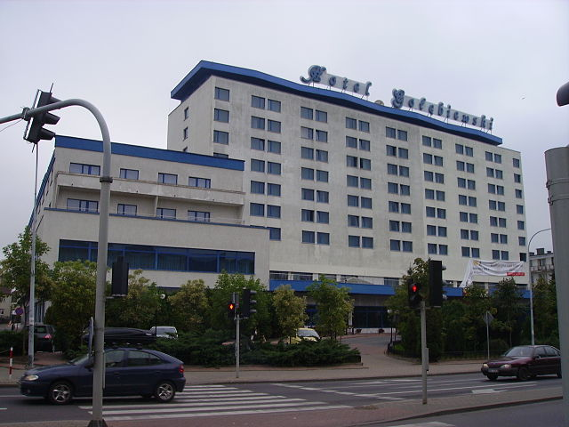 http://upload.wikimedia.org/wikipedia/commons/thumb/d/d8/Hotel_Go%C5%82%C4%99biewski_w_Bia%C5%82ymstoku_2.jpg/640px-Hotel_Go%C5%82%C4%99biewski_w_Bia%C5%82ymstoku_2.jpg?uselang=ru