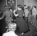 In de salons van de grote modehuizen dansen de meisjes met hun gasten, Bestanddeelnr 254-0149.jpg