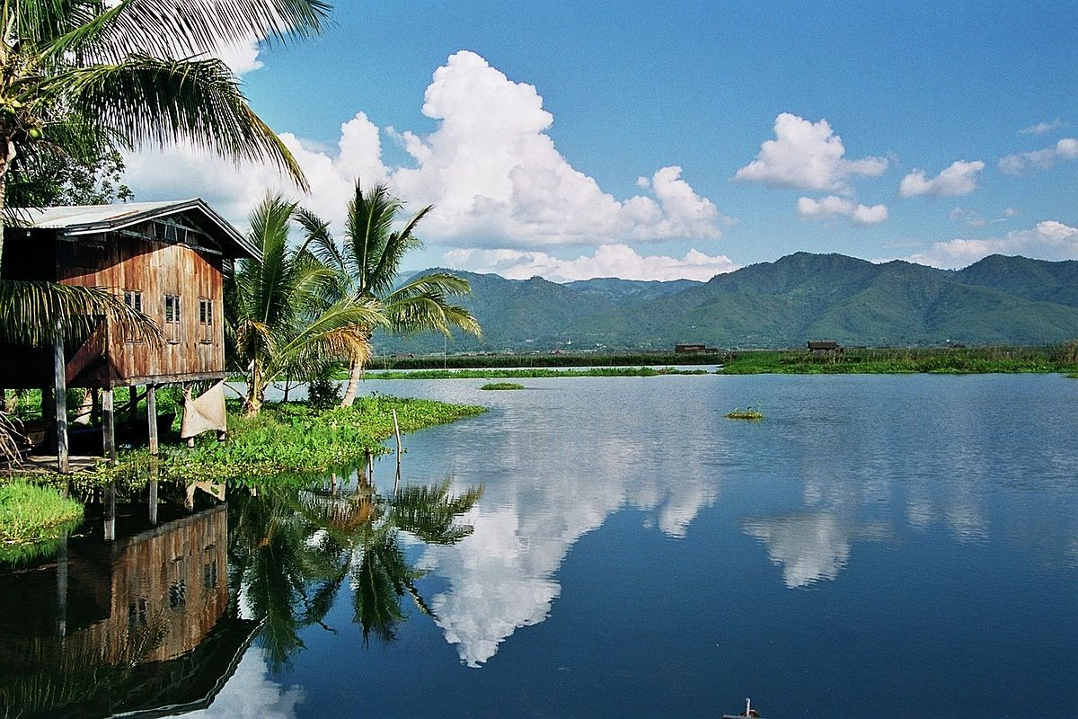 Inle lake wikipedia for Lake house photos gallery