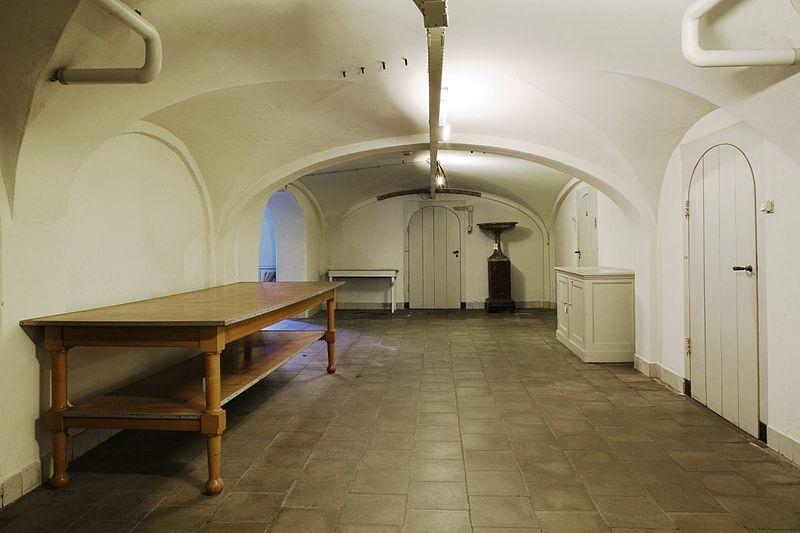 File interieur overzicht van de gang in het souterrain van het corps de logis richting de - Whirlpool van het interieur ...