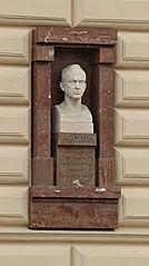 Busta Jana Kotěry na budově VŠUP