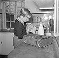 Jongen maakt pap voor het ontbijt klaar, Bestanddeelnr 252-8733.jpg