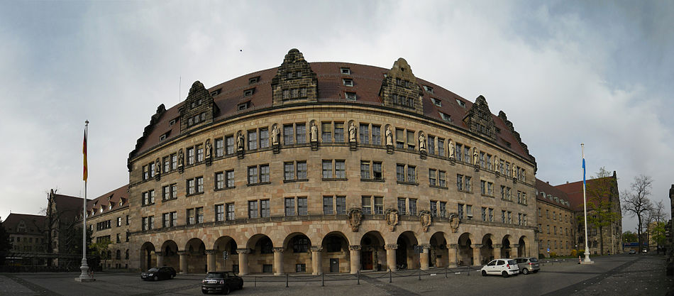 Justizpalast Südwestfassade Panorama 1.jpg