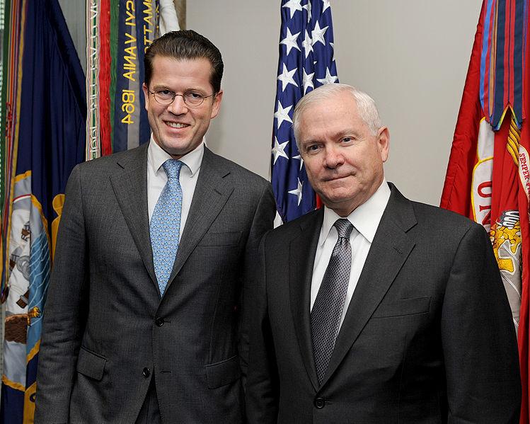 Datei:Karl-Theodor Freiherr von und zu Guttenberg with Robert M. Gates in November 2009.JPG