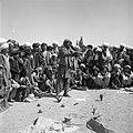 Kuglarz (Pasztun) na bazarze pokazuje sztuczki i sprzedaje leki - Qajsar - 001310n.jpg