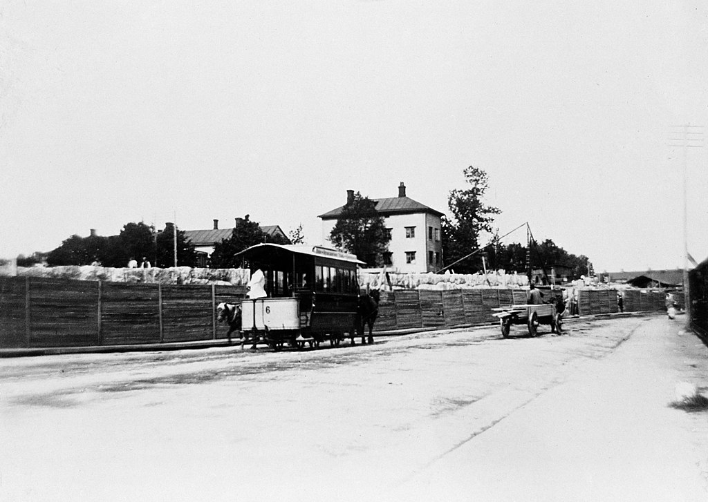 Läntisen Viertotien alun liikennettä, taustalla Villan Arkadia, Läntinen Viertotie 2 (=Mannerheimintie 30). (hkm.HKMS000005-km0033s2)