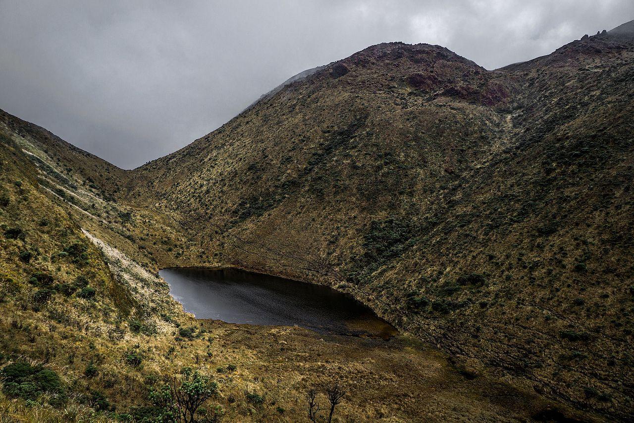 File:Laguna Negra   Volcan Azufral