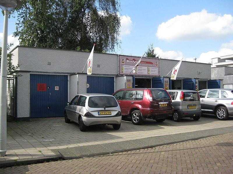 File:Landbouwstraat garages.jpg