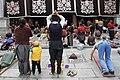 Lhasa-Jokhang-30-Pilger am Eingang-2014-gje.jpg