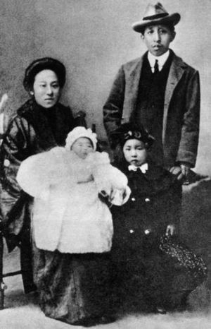 He Xiangning - He Xiangning with Liao Zhongkai and their children