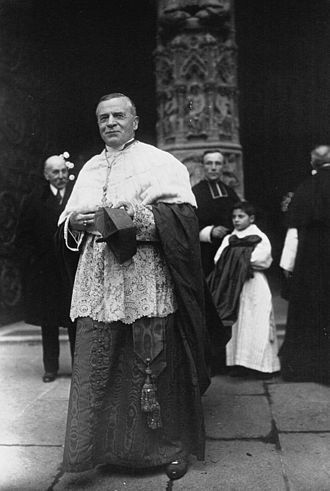 Louis-Ernest Dubois - Cardinal Dubois, the new archbishop of Paris, in front of Notre Dame in 1920
