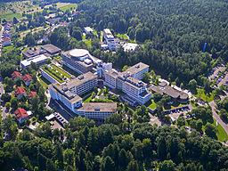Luftbild des SRH Klinikums Karlsbad-Langensteinbach im Jahre 2012 nach Inbetriebnahme des neuem Hubschrauberlandeplatzes