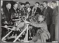 Luitenant Johnson demonstreert de 8 cylinder Pratt en Whitney Twin Wasp motor va, Bestanddeelnr 037-0616.jpg