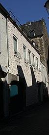 foto van Huis met in de gevel een koetspoort in hardsteen, met geprofileerde imposten.