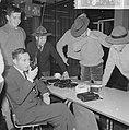 Man terwijl hij in een walkie talkie praat op de achtergrond jongens met padvin, Bestanddeelnr 918-4781.jpg