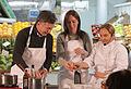 Mauricio Macri durante la clase de cocina saludable junto a Dolli Irigoyen (7686821380).jpg