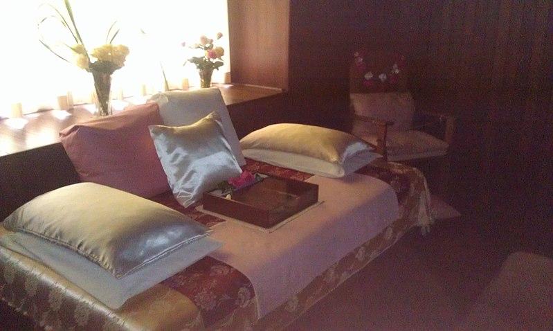 File:Meher Babas Bed.jpg