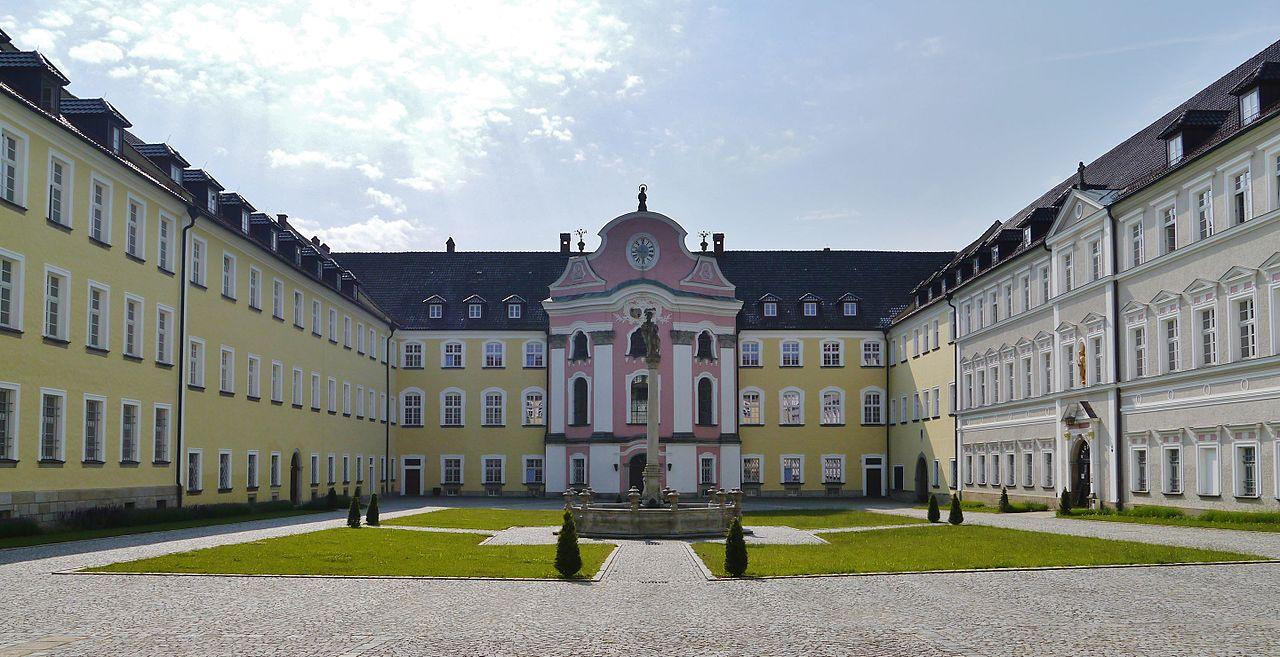 https://upload.wikimedia.org/wikipedia/commons/thumb/d/d8/Metten_Kloster_Metten_Hof.JPG/1280px-Metten_Kloster_Metten_Hof.JPG