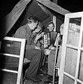 Militairen bij accordeonmuziek, Bestanddeelnr 255-9397.jpg
