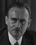 Minister van Sociale Zaken dr. Drees aan zijn bureau, pen in de hand. 29 mei 1947. - SFA001014095.jpg