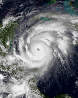 Immagine satellitare dell'uragano Mitch sul Mar dei Caraibi occidentali con un occhio grande e ben definito.