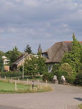De kerk van Molenhoek op de achtergrond