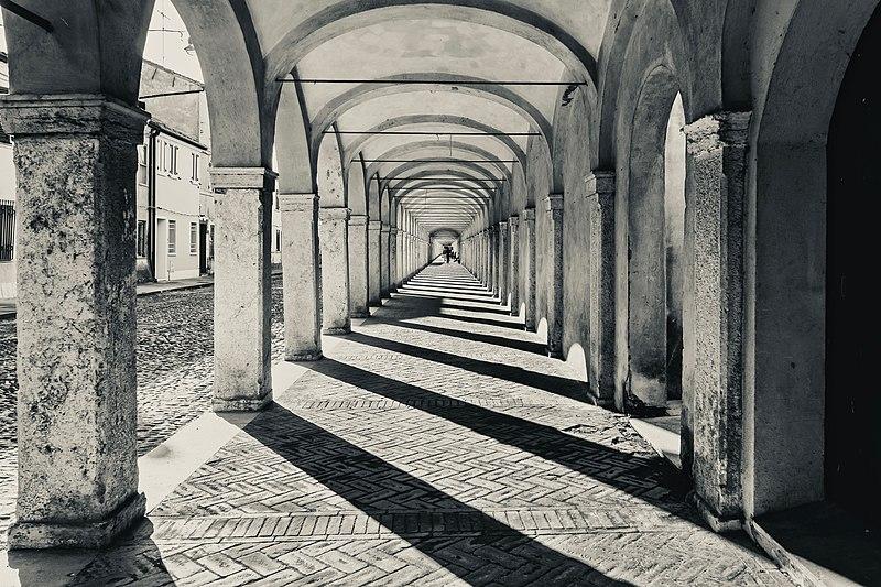 File:Monochrome - Loggiato dei Cappuccini - Comacchio.jpg