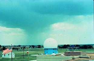 Radar meteorologico di Norman, Oklahoma (fonte: NOAA) (l'involucro bianco sferico in radome è una protezione del radar interno contro le intemperie)