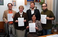 Moment podpisywania umowy zawiązania Koalicji Otwartej Edukacji [1]. Odlewej: Tomasz Ganicz, Elżbieta Stefańczyk, Bożena Bednarek-Michalska (siedzi), Alek Tarkowski (stoi), Jarosław Lipszyc