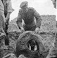 Opgraving neergeschoten vliegtuig in polder bij Waalwijk. RAF-vlieger met band v, Bestanddeelnr 912-6989.jpg