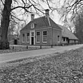 Overzicht van de voorgevel en de rechter zijgevel van de boerderij - Baarn - 20027165 - RCE.jpg
