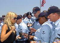 Pamela Anderson firmando autógrafos en la marina de San Diego.